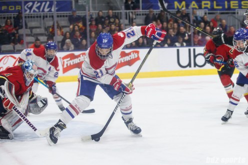 Montreal Les Canadiennes forward Hilary Knight (21) slips a pass between her legs to assist on a second period Les Canadiennes' goal