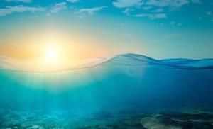 Wasser mit Sonnenlicheinstrahlung
