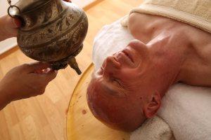 Angela Kulka bei der ayurvedischen Öl-Massage