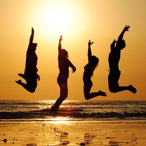 Sonnenuntergang, springen, Menschen, Schatten, Freunde