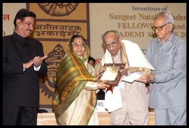 Khaled-Chowdhury-receiving-the-Fellow-of-Sangeet-Natak-Academy-Academy-Ratna-Award-2008-from-the-then-President-of-India-Mrs-Pratibha-Patil-Be-An-Inspirer