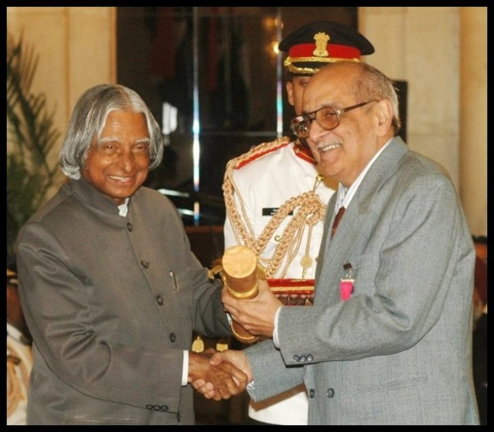 Fali-Sam-Nariman-receiving-Padma-Vibhushan-Award-from-the-11th-President-of-India-Dr-A-P-J-Abdul-Kalam-in-2007-Be-An-Inspirer