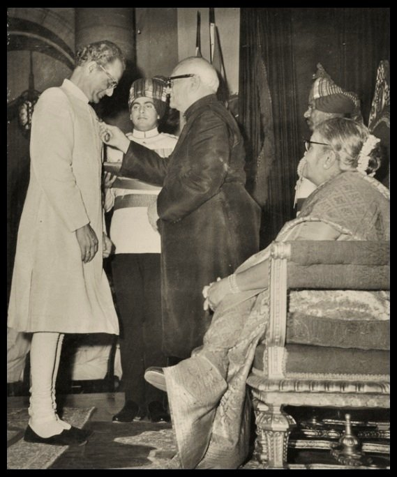 Sukumar-Bose-receiving-the-Padma-Shri-Award-from-the-4-th-President-of-India-V-V-Giri-in-1970-Be-An-Inspirer