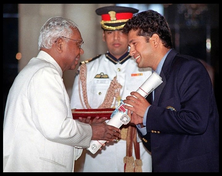 Sachin Tendulkar: Awards and Honours in India - Receiving Padma Shri Award from the 10th President of India, K. R. Narayanan in 1999