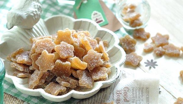 薑是下廚好顆伴,去腥、袪寒、解毒、殺菌、抗炎、止嘔。薑不只是料理的配角,也可以獨當一面,製成薑糖。薑含有「薑辣素」,有發汗的作用,能促進心藏加快跳動,擴張血管,加速血液循環,使身體產生溫熱的感覺。寒冬早晨吃一顆薑糖,讓人從心底暖和起來。