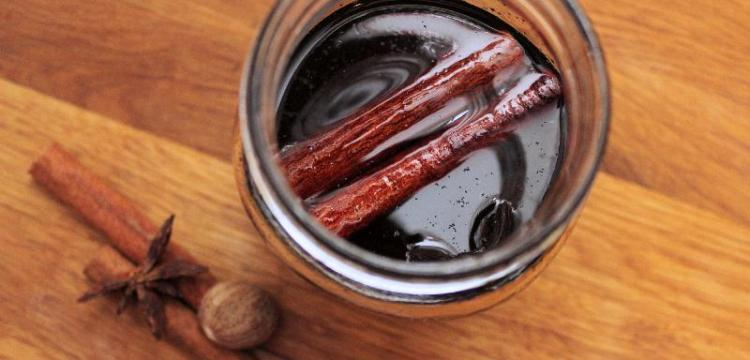 This Fall Spice Syrup recipe is what your autumn coffee needs! Make the base recipe, or take it all the way to Pumpkin Spice Syrup! | fall recipes | drink recipes | coffee recipes | BearandBugEats.com