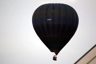 Ballongen strax över takåsarna