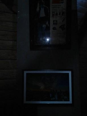 ถ่ายภาพในสตูดิโอที่เปิดไฟเลี้ยงจางๆ พร้อมเปิดแฟลช