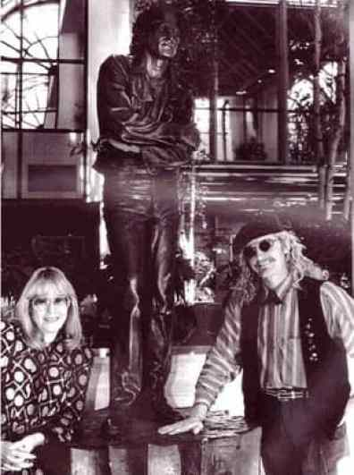 Cynthia Lennon with statue of John Lennon and sculptor Brett Livingstone-Strong