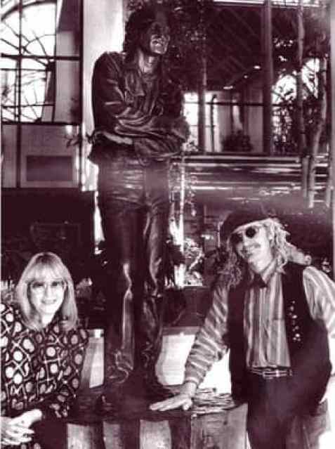 Cynthia Lennon with statue of John Lennon and sculptor Brett Livingstone-Strong