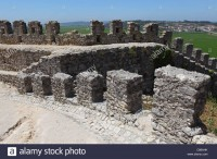 crenelated-battlements-of-the-castle-wall-at-montemor-o-velho-in-portugal-C86AHK.jpg