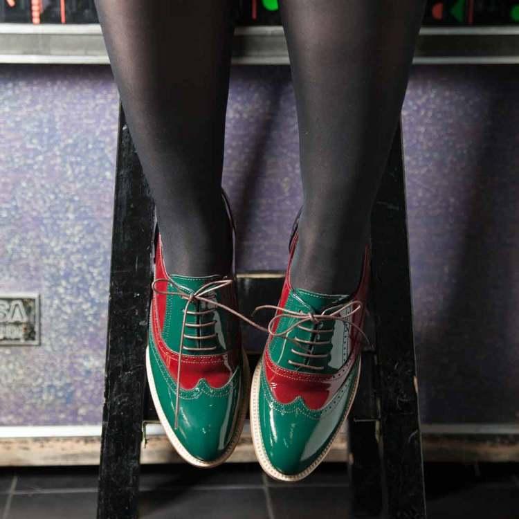 Zapato para mujer de cordones estilo Oxford bicolor verde y rojo en piel charol Lena GoR Hecho a mano en España por Beatnik Shoes