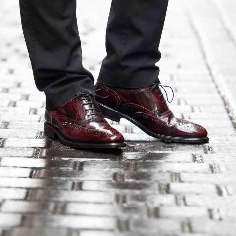 Zapato de vestir con cordones rojo para hombre Holmes Burgundy hecho a mano en España por Beatnik Shoes