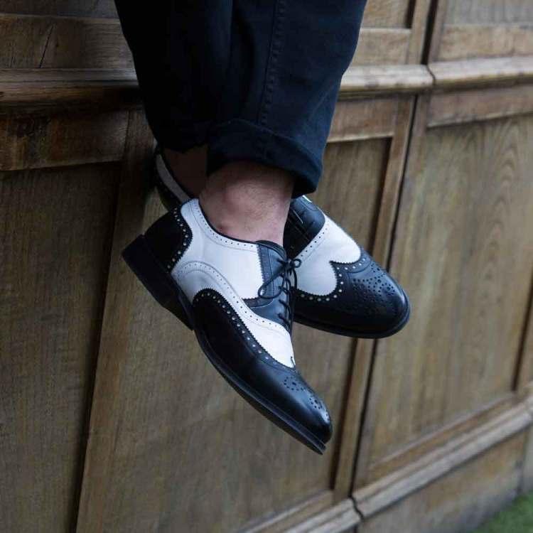 Zapato Oxford bicolor blanco y negro de hombre en piel de becerro hecho a mano en España por Beatnik Shoes