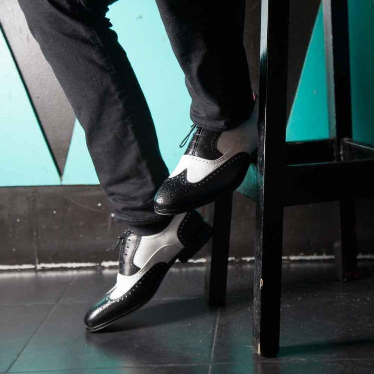 Zapato estilo Oxford bicolor blanco y negro de hombre en piel de becerro hecho a mano en España por Beatnik Shoes