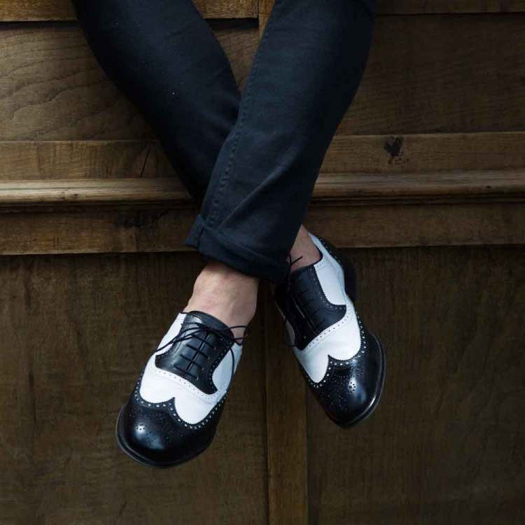 Zapato Oxford de cordones bicolor blanco y negro de hombre en piel de becerro hecho a mano en España por Beatnik Shoes