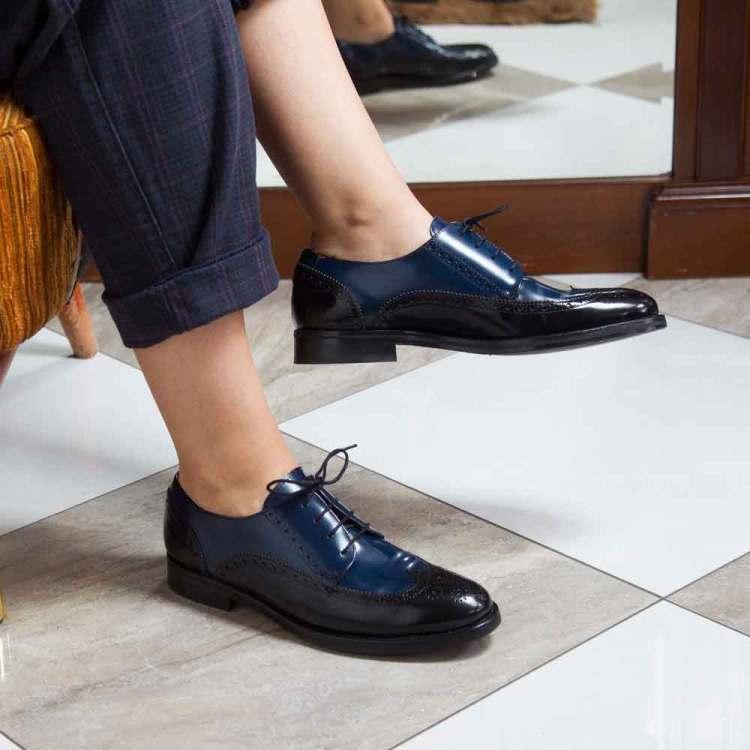 Zapato estilo Oxford bicolor azul y negro de mujer Ethel Black and blue por Beatnik Shoes