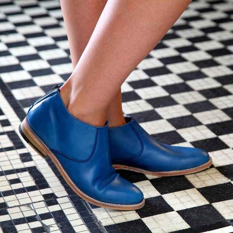 Botas con cremallera de tacón bajo para mujer Astrud Blue hechas a mano en España en suave piel de becerro azul por Beatnik Shoes