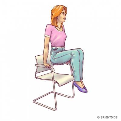 Ασκήσεις για επίπεδη κοιλιά που μπορείτε να κάνετε στην καρέκλα σας (5)