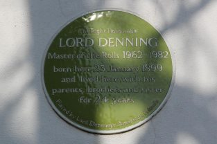 Plaque, Lord Denning's birthplace, Newbury Street, Whitchurch