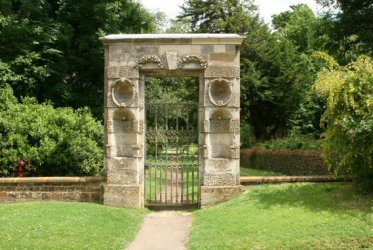 Gateway, in memory of Eustace Robb, Church Walk, Great Tew