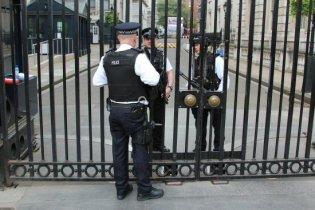Police, gates of Downing Street. Royal Wedding, 29th April 2011