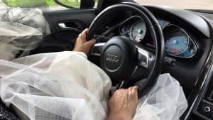 Bruid uit Rhoon haalt haar aanstaande op in een sportwagen