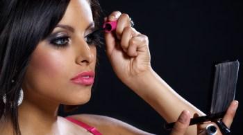 woman-applying-make-up