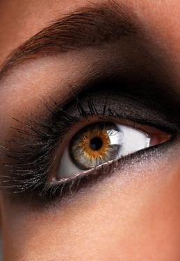 Réaliser un maquillage: oeil charbonneux