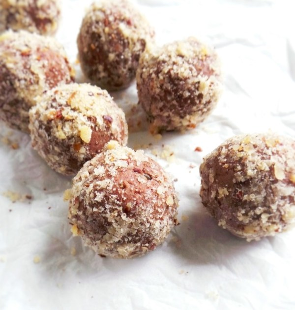 Satisfy your chocolate cravings with this healthy snack! These healthy chocolate balls are easy and quick, full of antioxidants and good source of omega-3's! | beautybites.org | easy healthy snack recipe