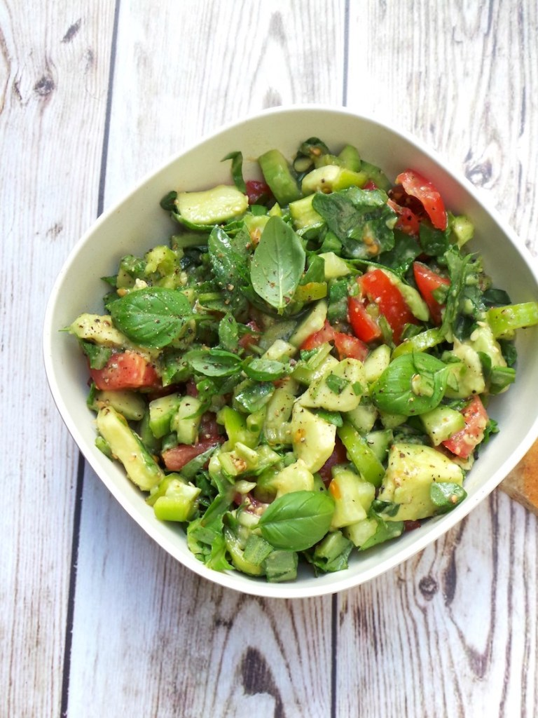 The most delicious detox salad recipe! I needed about 10 minutes to make this simple, delicious healthy salad! It's great for detox thanks to arugula, prevents premature aging thanks to all the antioxidants in there and is very tasty! Click through to see this clean eating vegan & paleo recipe that is great for your skin, weight loss and overall health!