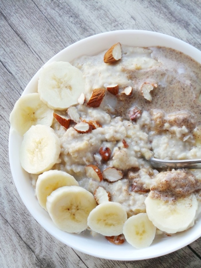 You only need 4 ingredients and some water to make this healthy & easy banana oatmeal tomorrow morning! This is the perfect healthy breakfast to fill you up and help you stay fit and healthy!
