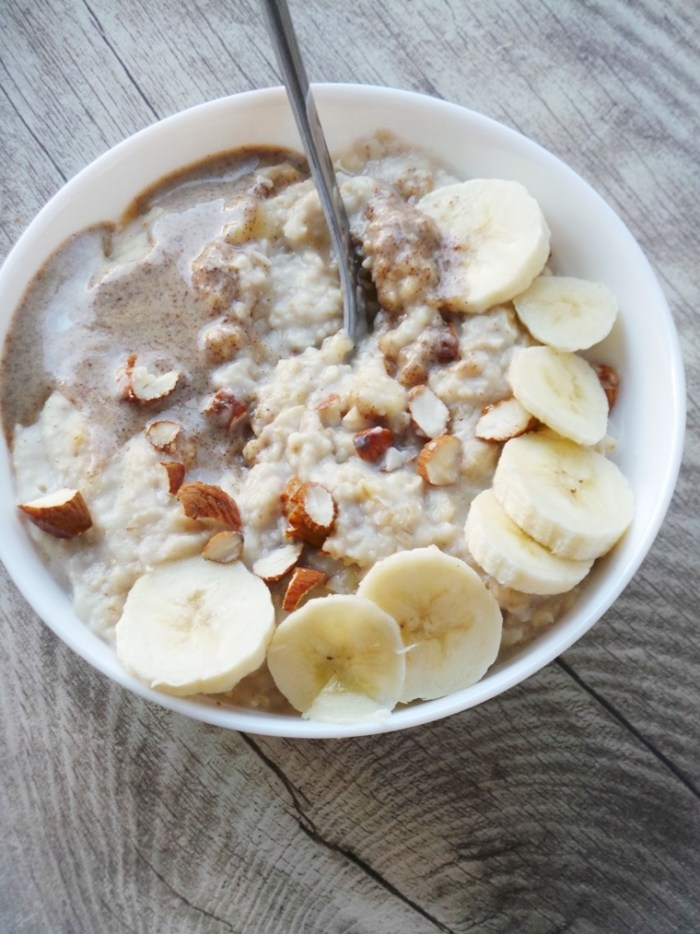 You only need 4 ingredients and some water to make this healthy banana oatmeal tomorrow morning! This is the perfect healthy breakfast to fill you up and help you stay fit and healthy!