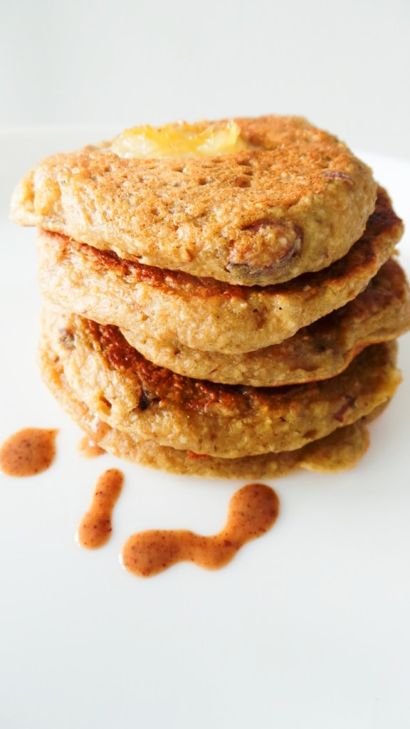 Vegan Banana Oatmeal Pancakes - flourless and refined sugar-free! These healthy pancakes are a quick and easy breakfast idea, a great way to start your mornings! | clean eating recipe