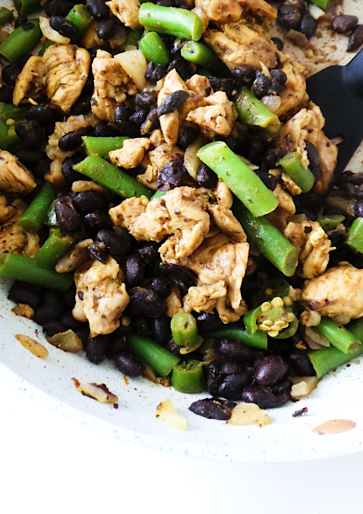 Chicken with black beans - super easy weeknight healthy dinner idea! This chicken recipe is gluten-free and ready in 15 minutes! Also great for a meal prep recipe! #dinner #chicken #recipe #healthy