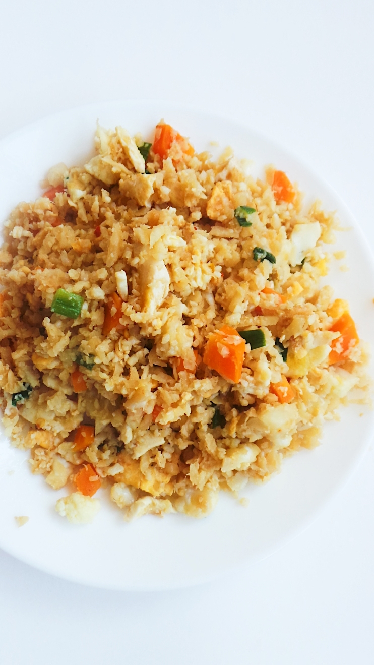 Cauliflower fried rice recipe! This is an easy dinner recipe that is low-carb, gluten-free and vegetarian! This cauliflower rice recipe will also go well with chicken or shrimp! | Clean Eating For Beginners