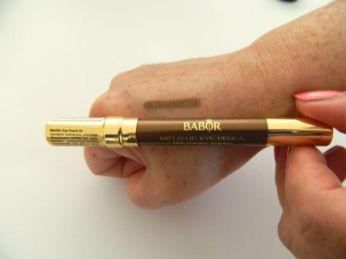 babor metallic eye pencil op hand