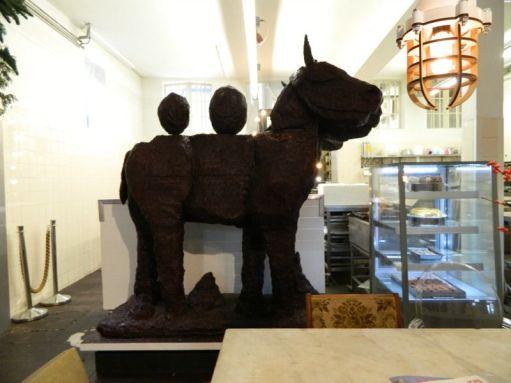 chocolade paard hap uit zijn bil