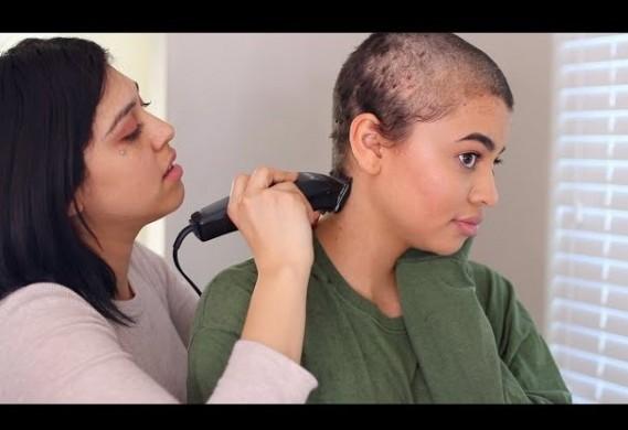 Youtuber raspa a cabeça após danos causados por apliques