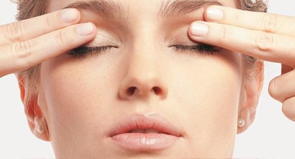 faça massagens regularmente nas regiões próximas aos olhos
