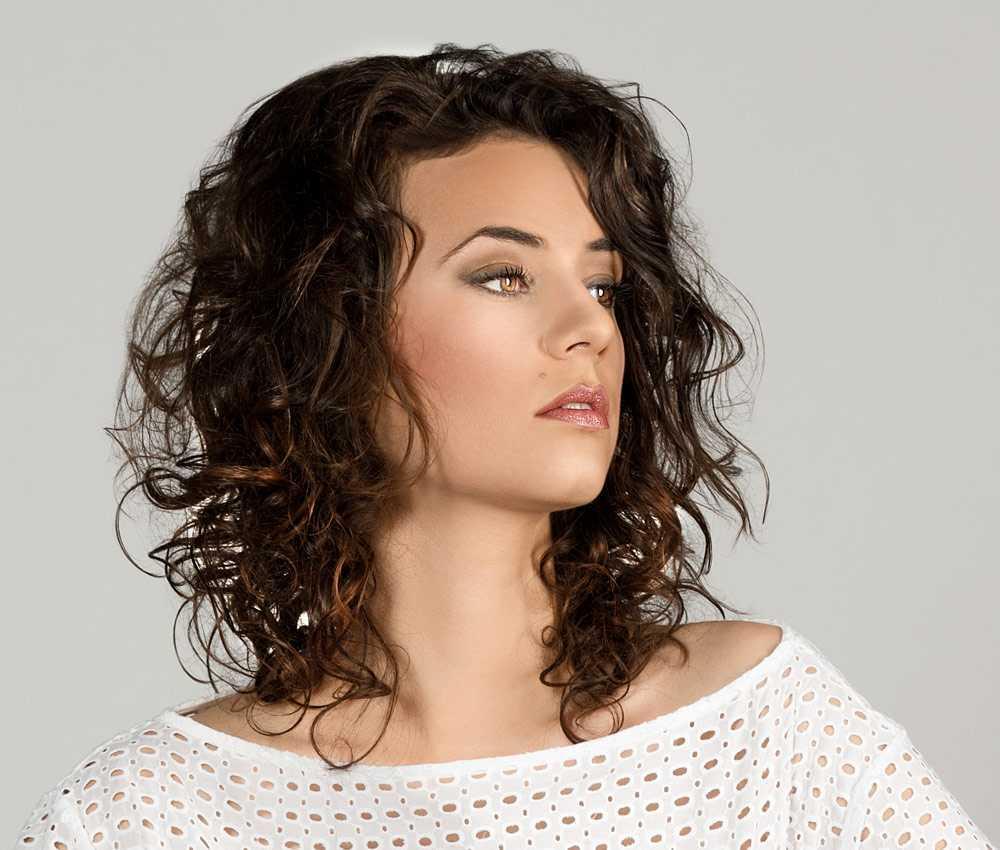 Coupe de cheveux courts bouclés femme