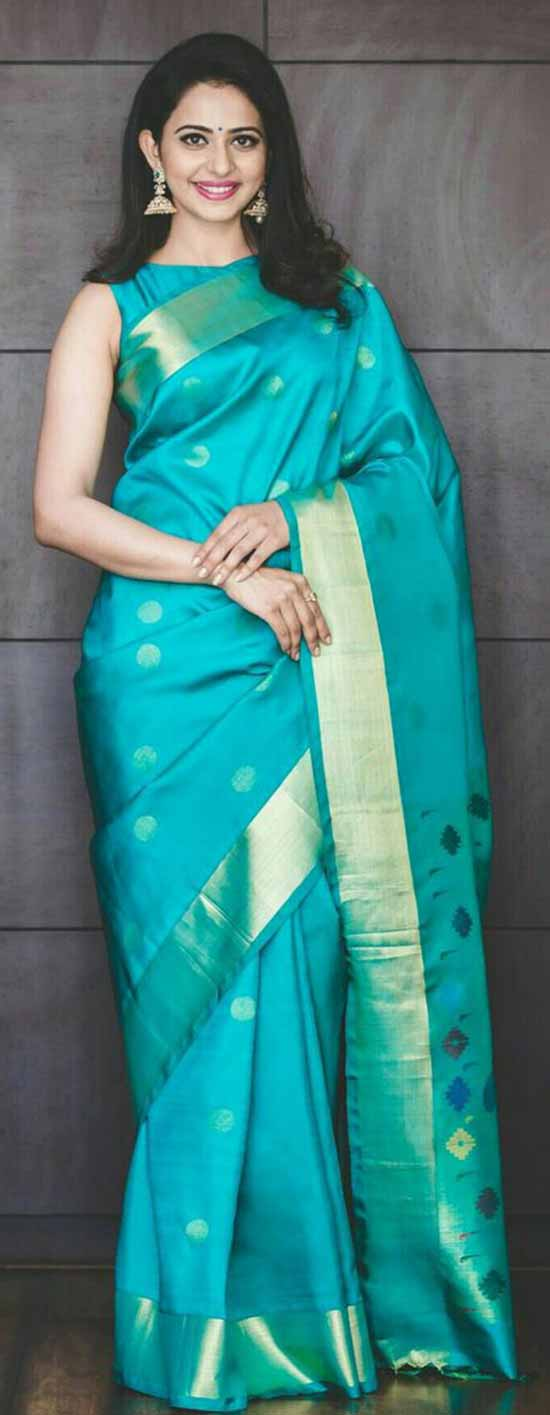 Rakul-looking-Gorgeous-in-Saree