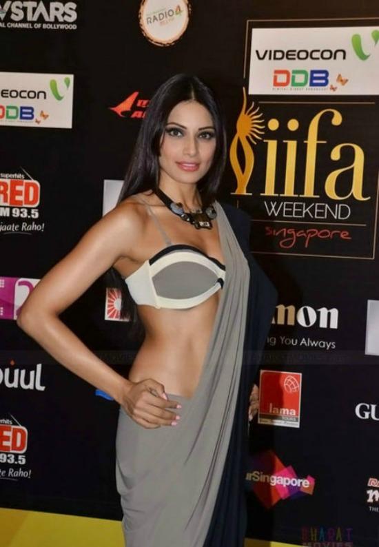 Bipasha Basu In Low Waist Black Saree