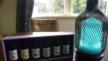 Metal Aromatherapy Diffuser + 6 Oils Gift Pack