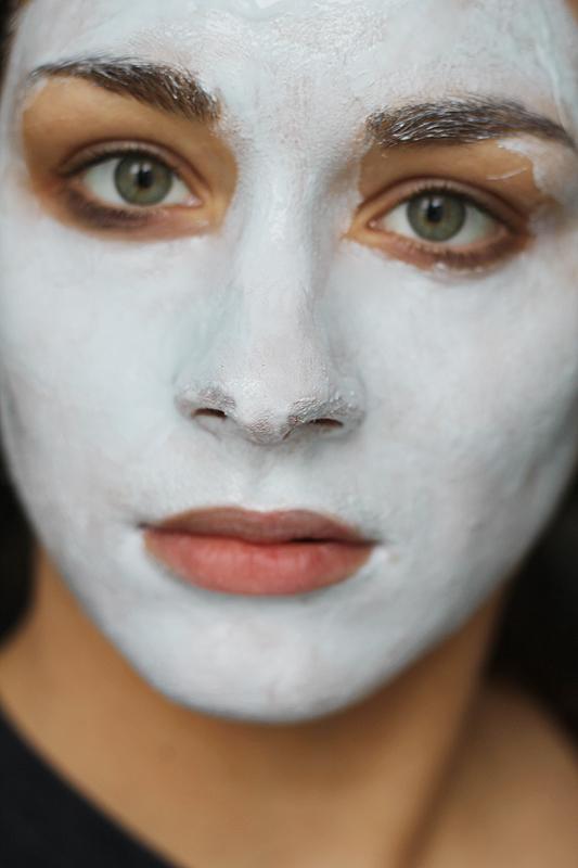 Selbstgemachte Maske, um das Gesicht schlank zu machen