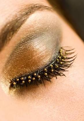 εορταστικό μακιγιάζ στις αποχρώσεις του χρυσού με την προσθήκη ανάλογων βλεφαρίδων  ;-)