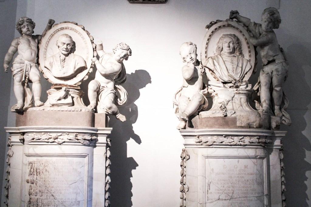 Non potete perdere all'interno del complesso di Santa Chiara, il bellissimo museo che raccoglie un po' tutta la storia della Chiesa dal 300 fino al 700. Si parte con l'area archeologica esterna che raccoglie i resti delle terme romane ritrovate sotto la chiesa. 12