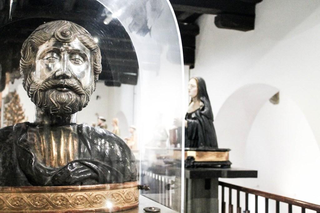 Non potete perdere all'interno del complesso di Santa Chiara, il bellissimo museo che raccoglie un po' tutta la storia della Chiesa dal 300 fino al 700. Si parte con l'area archeologica esterna che raccoglie i resti delle terme romane ritrovate sotto la chiesa. 14