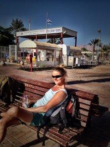 Beate vor dem Grenzübergang Israel-Jordanien