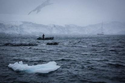 Wacht im Eis-Wasser